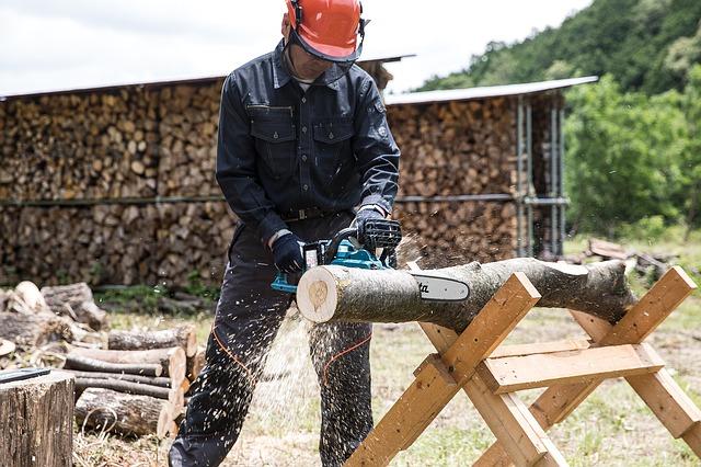 chainsaw-2396616_640